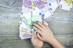 Manos que llevan a cabo euro fotografía de archivo