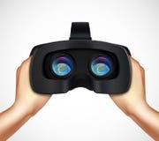 Manos que llevan a cabo imagen realista de las auriculares de VR Fotos de archivo libres de regalías