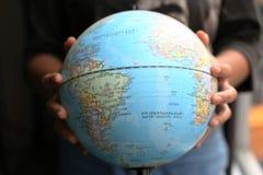 Manos que llevan a cabo la imagen de la resolución de earth fotos de archivo libres de regalías