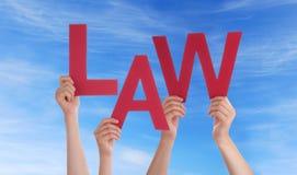Manos que llevan a cabo ley en el cielo Imágenes de archivo libres de regalías