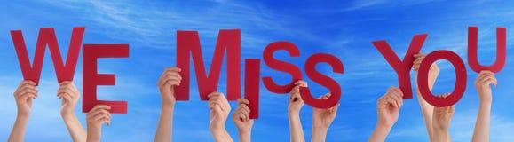 Manos que llevan a cabo palabra roja nosotros Srta. You Blue Sky Foto de archivo libre de regalías