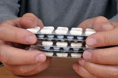 Manos que llevan a cabo paquetes de la medicina cerca para arriba fotografía de archivo