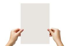 Manos que llevan a cabo un espacio en blanco del Libro Blanco aislado en el fondo blanco Fotografía de archivo
