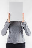 Manos que llevan a cabo un espacio en blanco del Libro Blanco en el fondo blanco Fotos de archivo