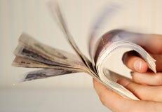 Manos que llevan a cabo veinte notas de la libra fotografía de archivo libre de regalías