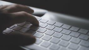 Manos que mecanografían en el teclado de ordenador - primer almacen de video