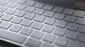 Manos que mecanografían en el teclado de ordenador - primer almacen de metraje de vídeo