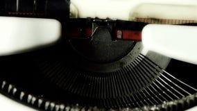 Manos que mecanografían en una máquina de escribir para jugar los caracteres te amo almacen de video