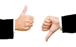 Manos que muestran el pulgar para arriba y el pulgar abajo Foto de archivo