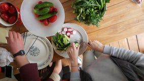 Manos que preparan el almuerzo Verduras vegetales de la ensalada y de la parrilla Visión desde la tapa HD a cámara lenta almacen de metraje de vídeo