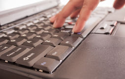 Manos que pulsan en el teclado Fotografía de archivo libre de regalías