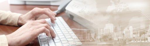 Manos que pulsan en el teclado Imagen de archivo libre de regalías