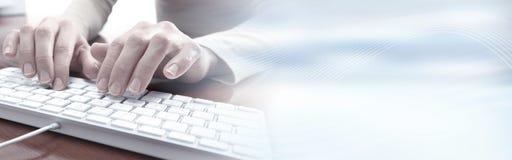 Manos que pulsan en el teclado Fotos de archivo libres de regalías