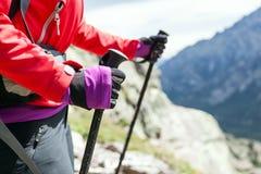 Manos que recorren del Nordic en altas montañas Imagen de archivo