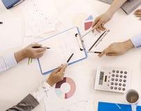 Manos que señalan en el documento en la reunión Imagen de archivo