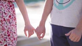 manos que se aferran a los dedos meñiques almacen de metraje de vídeo