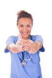 Manos que se lavan de la enfermera de los jóvenes con el jabón imagenes de archivo