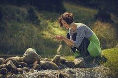 Manos que se lavan de la mujer en agua de la corriente de la montaña Fotografía de archivo