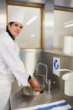 Manos que se lavan del cocinero alegre Imagen de archivo libre de regalías