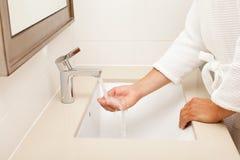 Manos que se lavan del hombre en cuarto de baño Imagen de archivo libre de regalías