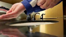 Manos que se lavan del hombre en un retrete público metrajes