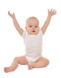 Manos que se sientan del bebé infantil del niño para arriba Imagen de archivo