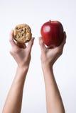 Manos que soportan una manzana y   Fotografía de archivo