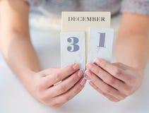 Manos que sostienen el calendario Fotografía de archivo libre de regalías