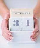 Manos que sostienen el calendario Imagenes de archivo