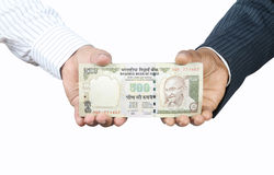 Manos que sostienen el dinero indio Fotos de archivo libres de regalías