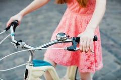 Manos que sostienen el freno de mano en el manillar de la bicicleta Fotografía de archivo libre de regalías