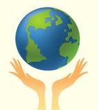 Manos que sostienen el globo Fotografía de archivo libre de regalías