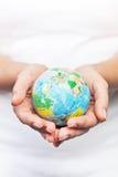 Manos que sostienen el mundo Imagen de archivo libre de regalías
