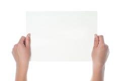 Manos que sostienen el papel aislado en blanco Foto de archivo libre de regalías