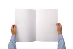 Manos que sostienen el periódico en blanco Imagen de archivo