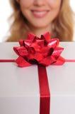 Manos que sostienen el rectángulo de regalo Imágenes de archivo libres de regalías