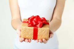 Manos que sostienen el rectángulo de regalo Foto de archivo libre de regalías