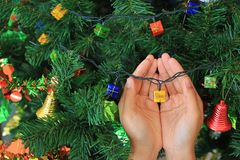 Manos que sostienen el regalo mágico de la Navidad decorativo Concepto de la Feliz Navidad y de la Feliz Año Nuevo imagen de archivo libre de regalías