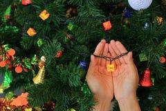 Manos que sostienen el regalo mágico de la Navidad decorativo Concepto de la Feliz Navidad y de la Feliz Año Nuevo fotos de archivo