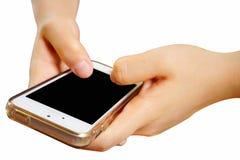 2 manos que sostienen el teléfono elegante móvil con la pantalla en blanco O aislado Imagen de archivo
