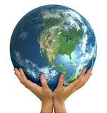 Manos que sostienen la cara realista Norteamérica del globo Fotos de archivo libres de regalías