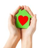 Manos que sostienen la casa del Libro Verde Fotografía de archivo libre de regalías