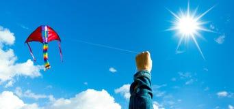 Manos que sostienen la cometa Fotos de archivo libres de regalías