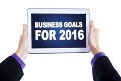 Manos que sostienen la tableta con las metas de negocio para 2016 Fotografía de archivo