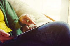 Manos que sostienen la tableta de Digitaces Foto de archivo libre de regalías