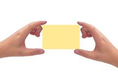 manos que sostienen la tarjeta Imagen de archivo libre de regalías