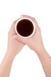 Manos que sostienen la taza de papel de aislante del té o del café foto de archivo libre de regalías