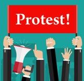 Manos que sostienen muestras y megáfono de la protesta Fotos de archivo libres de regalías