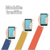 Manos que sostienen smartphones Tráfico móvil Foto de archivo
