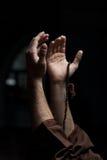 Manos que sostienen un rosario musulmán Fotografía de archivo libre de regalías